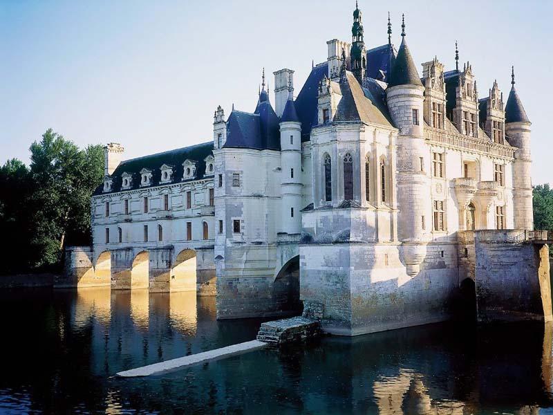 Paříž a zámky na loiře patří k největším turistickým