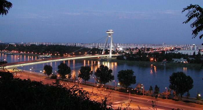 Bratislava - Dunaj, Pohled na Dunaj a na moderní most v Bratislavě - noční fotografie