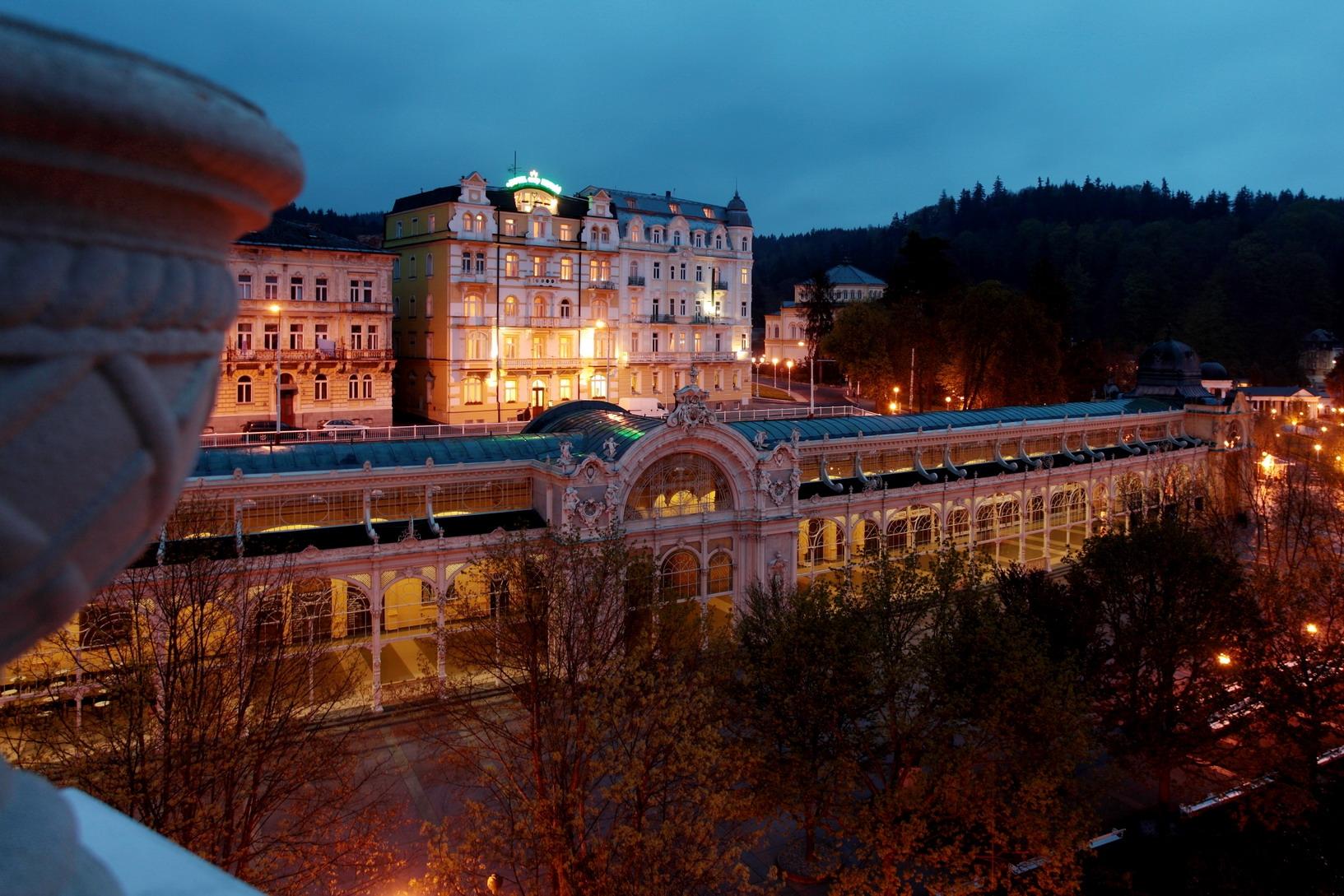 Hotel Coop Kriváň, hotel-večerní pohled
