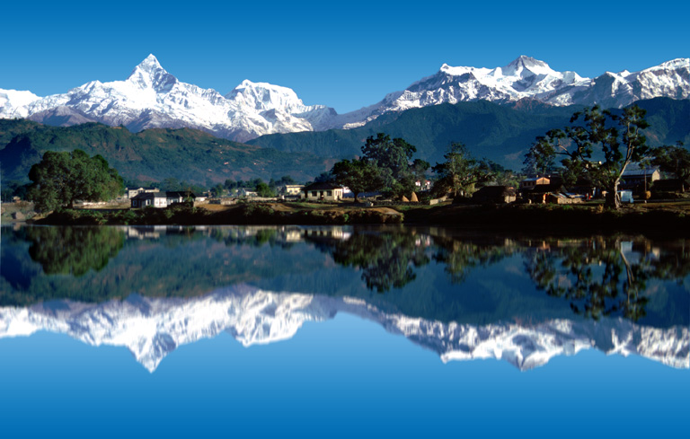 Pokhara - pohled od jezera Phewa na Himaláje - Fish Tail a oblast Annapurny.