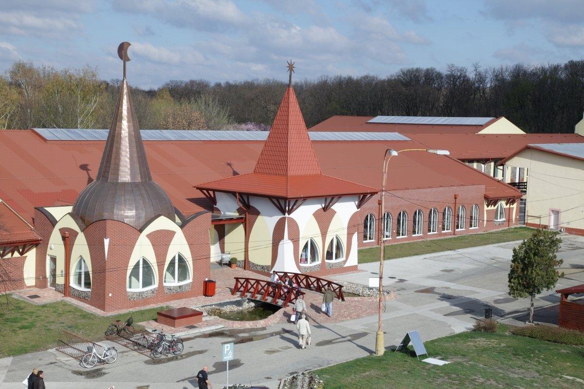 Velký Meder - vstupní budova