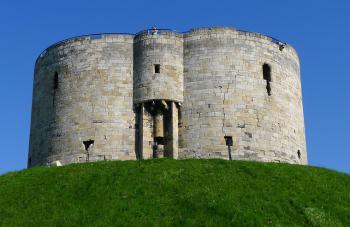 Gotická pevnost Cliffords Tower v Yorku