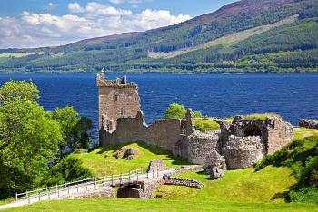 jezero Loch Ness a zřícenina hradu Urquhart Castle