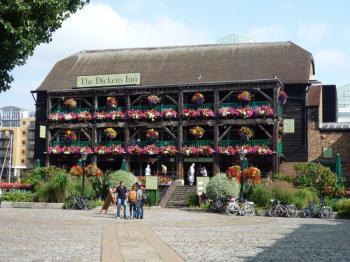 Londýn - Dickens Inn, Oblíbená hospoda v docích Sv. Kateřiny (Docklands)
