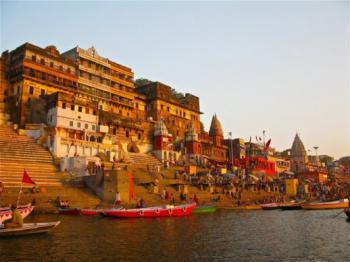 Varanasi, ghaty na břehu Gangy